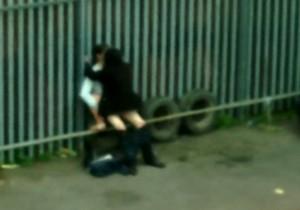 Policia chega e pega no flagra casal transando no estacionamento