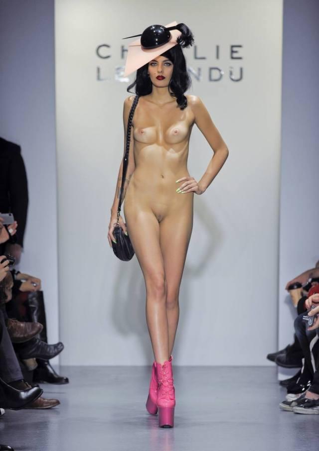 Desfiles de modelos nas passarelas com elas nuas 4