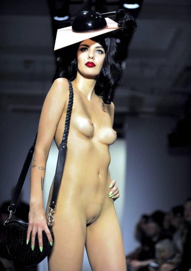 Desfiles de modelos nas passarelas com elas nuas 6