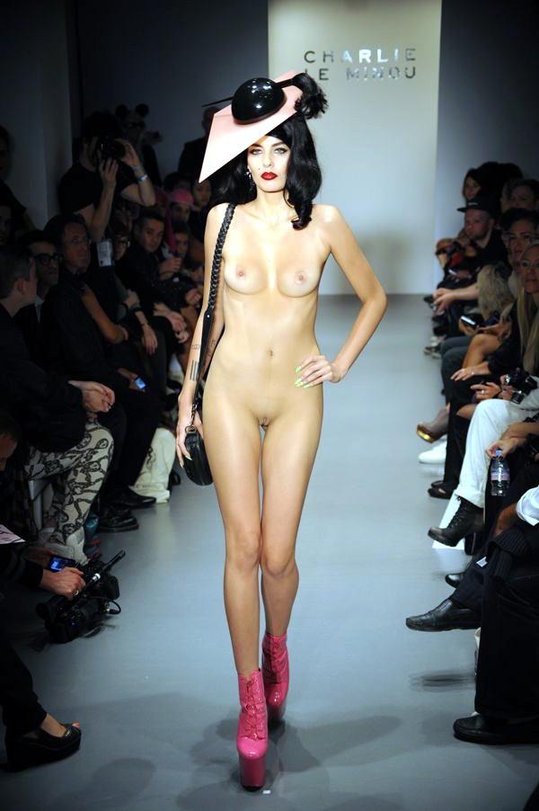 Desfiles de modelos nas passarelas com elas nuas 7