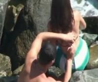 Casal é flagrado transando entre as pedras da praia!