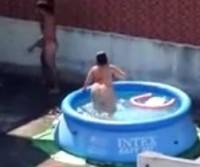 Casal transando na piscina do terraço filmados no flagra