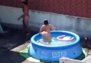Casal transando na piscina do terraço filmados no flagra - http://www.naoconto.com