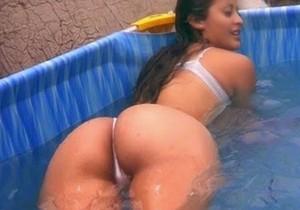 Gostosa da favela caiu na net tomando banho - http://www.naoconto.com