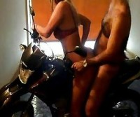 Gostosa dando o brioco em cima da moto no drive-in