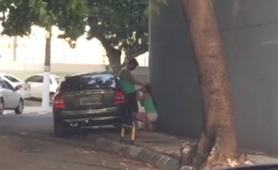 Casal flagrado fazendo sexo na rua no carnaval de salvador
