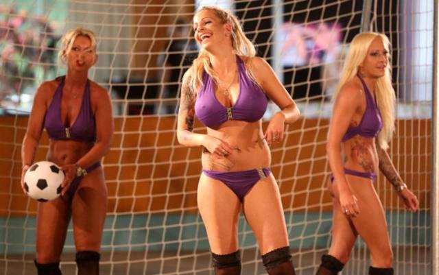 Mulheres nuas em competições ao redor do mundo 12