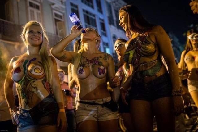 Mulheres peladas no carnaval 64