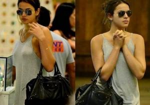 Bruna Marquezine sem sutiã e com os faróis acesos em Shopping na Tijuca