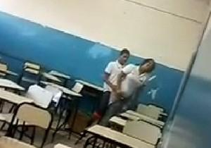 O polemico vídeo dos alunos fazendo sexo em sala de aula Montes Claros-MG - http://www.naoconto.com