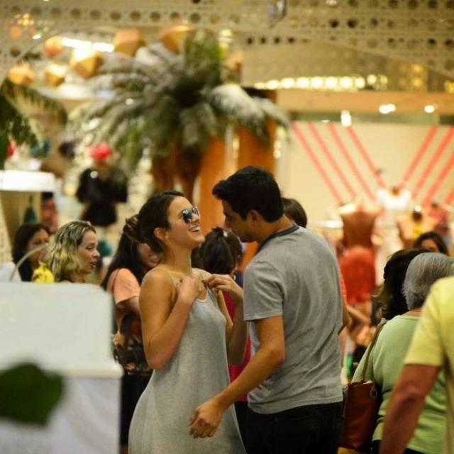 Bruna Marquezine sem sutiã e com os faróis acesos em Shopping na Tijuca 11