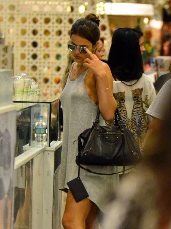 Bruna Marquezine sem sutiã e com os faróis acesos em Shopping na Tijuca 12