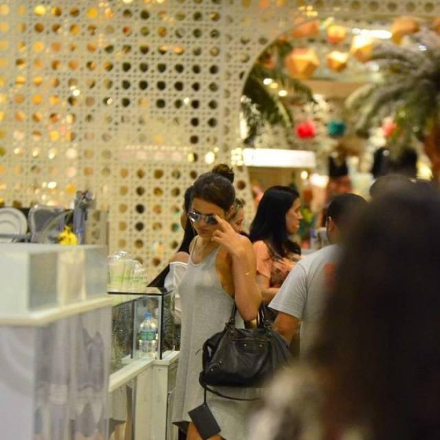 Bruna Marquezine sem sutiã e com os faróis acesos em Shopping na Tijuca 14