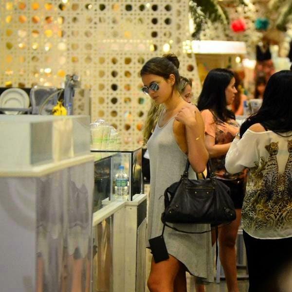 Bruna Marquezine sem sutiã e com os faróis acesos em Shopping na Tijuca 3