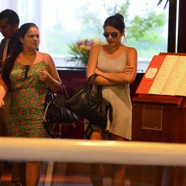 Bruna Marquezine sem sutiã e com os faróis acesos em Shopping na Tijuca 4