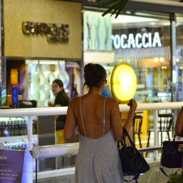 Bruna Marquezine sem sutiã e com os faróis acesos em Shopping na Tijuca 5