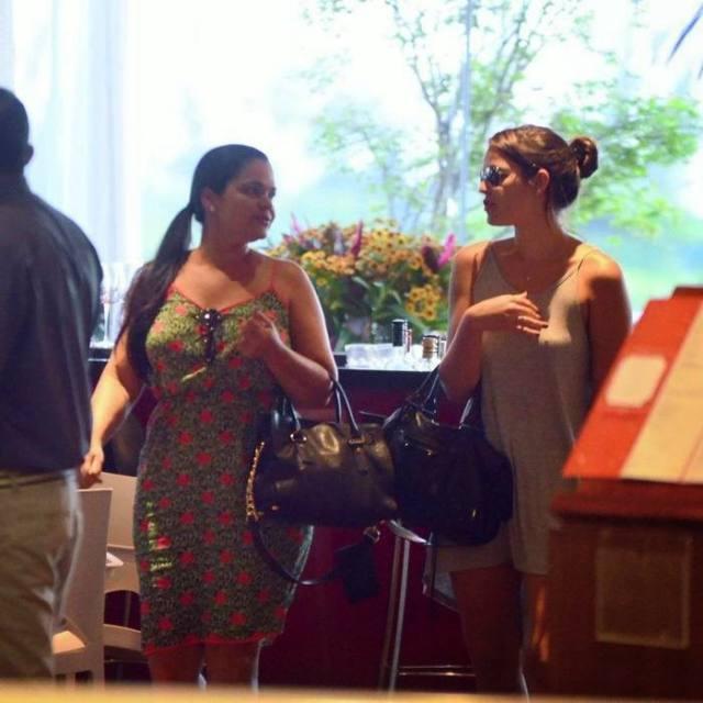 Bruna Marquezine sem sutiã e com os faróis acesos em Shopping na Tijuca 6