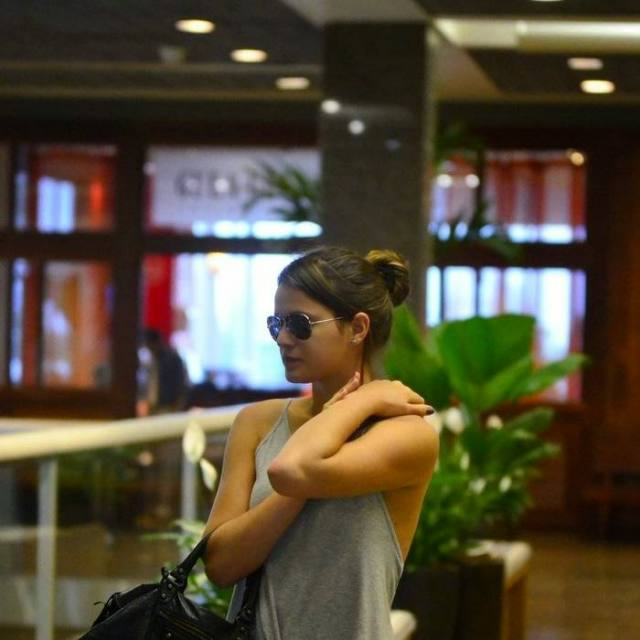 Bruna Marquezine sem sutiã e com os faróis acesos em Shopping na Tijuca 7