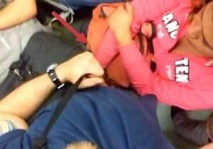 Mulher acaricia homem dentro do metro