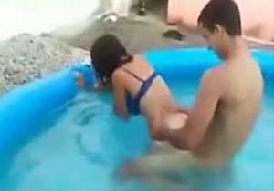 Transando na piscina no churrasco com os amigos - http://www.naoconto.com