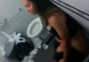 Duas amigas flagradas se chupando no banheiro