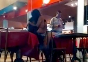 Casal faz sexo dentro de restaurante em São Gonçalo - http://www.naoconto.com