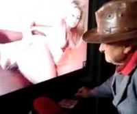 Vovô assistindo filme pornô