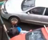 Casal é flagrado transando entre os carro em estacionamento