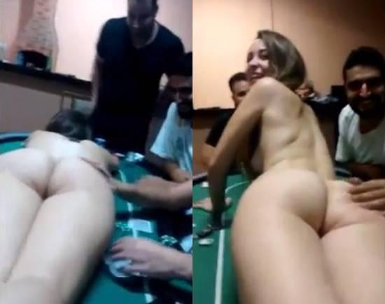 Camila gostosinha pelada na mesa de poker com os amigos