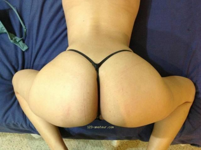 Ela adora mostrar sua bunda grande 4
