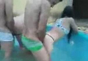 Suruba com 2 magrinhas na piscina de casa