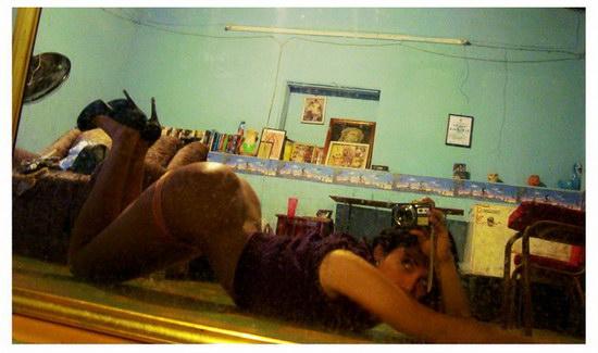Tesão de novinha da bunda enorme tirando fotos peladinha no espelho 12