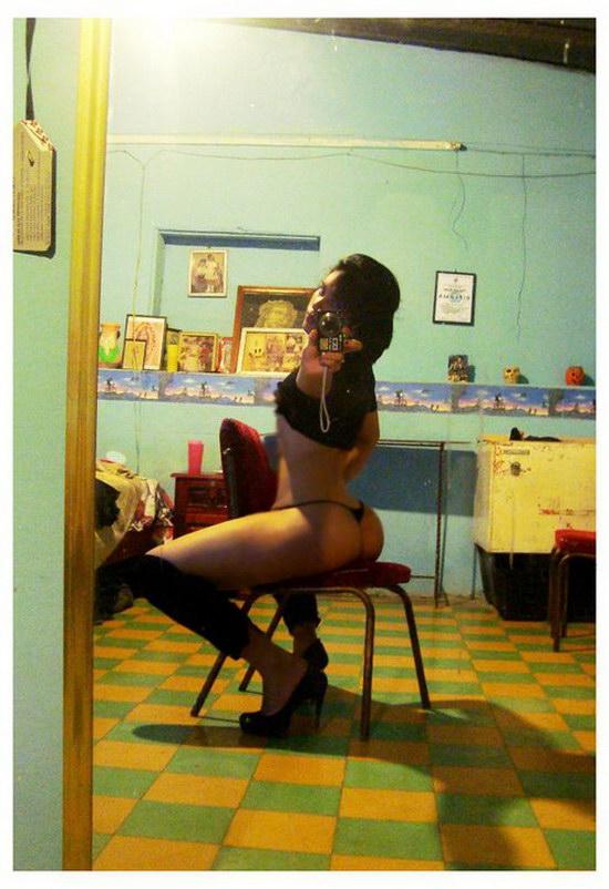 Tesão de novinha da bunda enorme tirando fotos peladinha no espelho 16