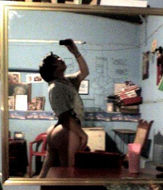 Tesão de novinha da bunda enorme tirando fotos peladinha no espelho 18