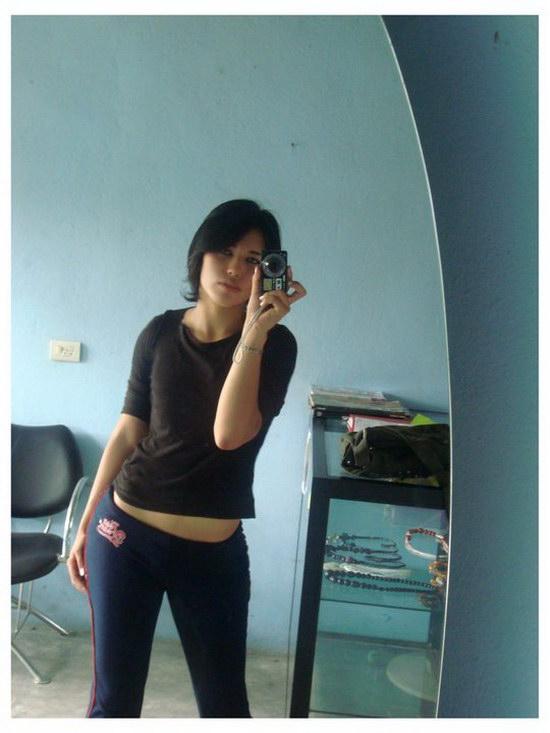 Tesão de novinha da bunda enorme tirando fotos peladinha no espelho 22