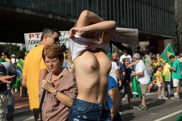 Ju Isen ficou pelada nua durante protesto em São paulo 3