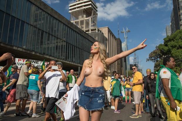 Ju Isen ficou pelada nua durante protesto em São paulo 5