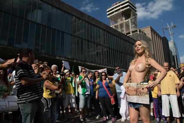 Ju Isen ficou pelada nua durante protesto em São paulo 7