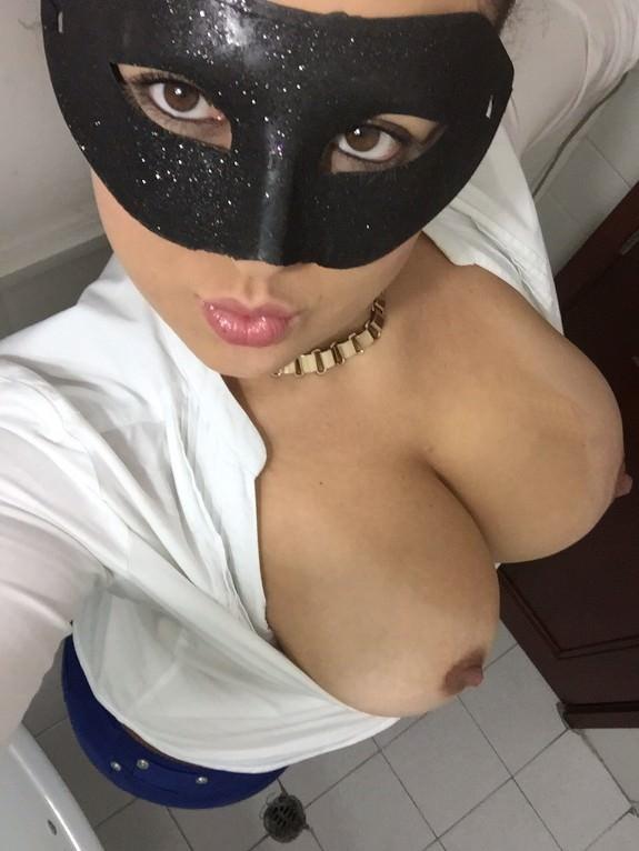 Morena mascarada mostrando os peitões gostosos 1