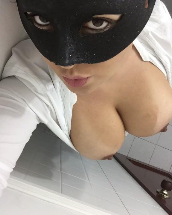 Morena mascarada mostrando os peitões gostosos 10