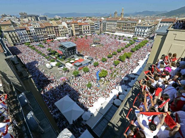 Vinho e seios de fora essa é a Festa de San Fermín, na Espanha 1
