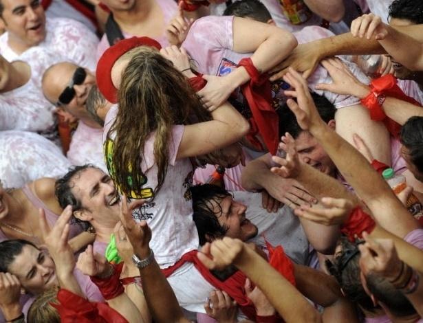 Vinho e seios de fora essa é a Festa de San Fermín, na Espanha 11