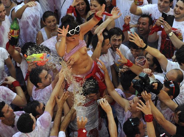 Vinho e seios de fora essa é a Festa de San Fermín, na Espanha 4