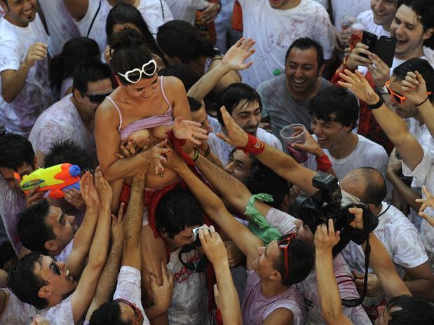 Vinho e seios de fora essa é a Festa de San Fermín, na Espanha 5