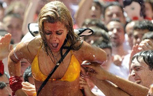 Vinho e seios de fora essa é a Festa de San Fermín, na Espanha 7