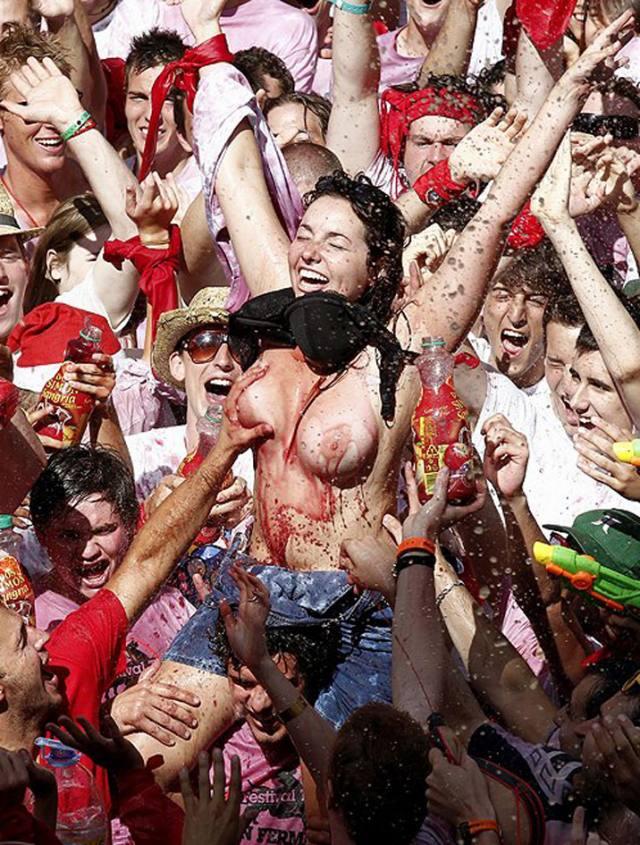 Vinho e seios de fora essa é a Festa de San Fermín, na Espanha 8
