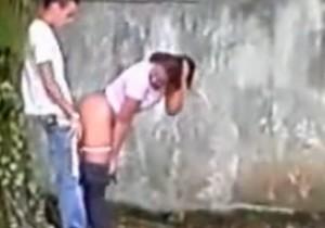 Novinha flagrada dando atras do muro da escola