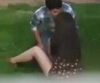Casal assanhado flagrado no gramado da universidade