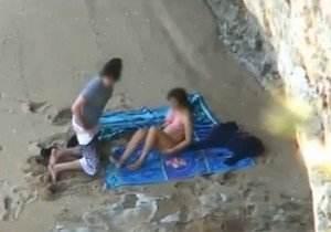 Casal de namorados flagrados dando uma cravada na praia