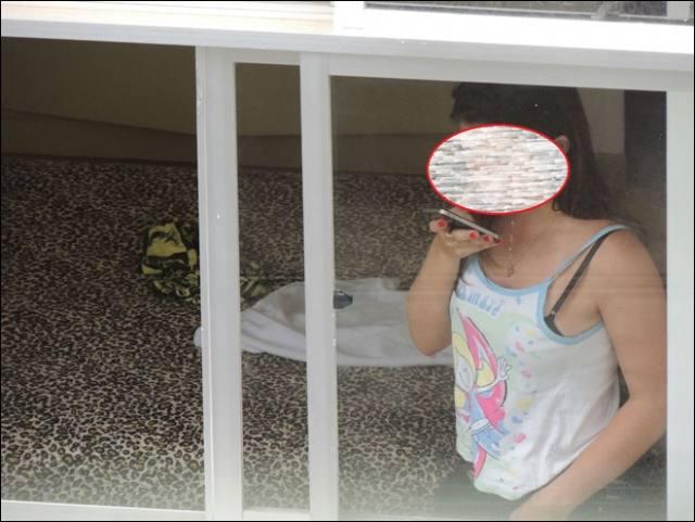 Homem compra binóculos e adapta a uma câmera, pra espiar vizinhas gostosas 3